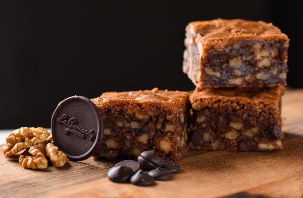 Brownie na leseni podlagi zloženi trije brownie