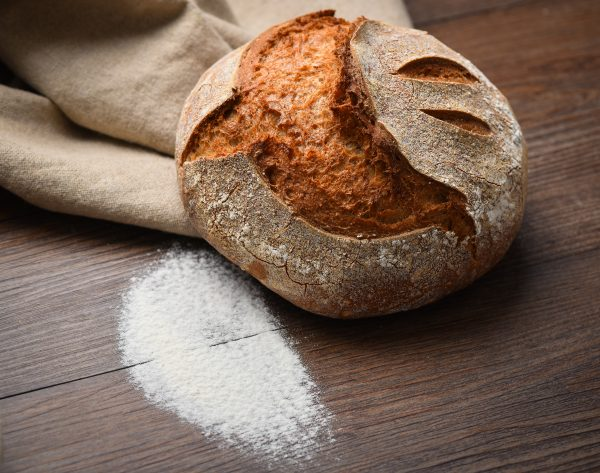 Kruh z drožmi na temni podlagi