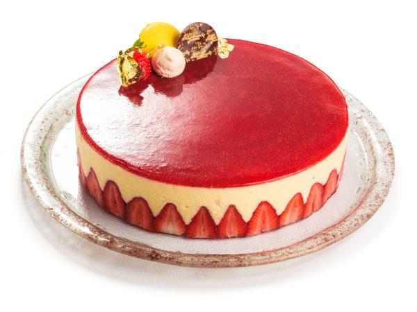 Jagodna torta ali Fraisier z jagodami in belo vanilijrvo kremo na krožniku